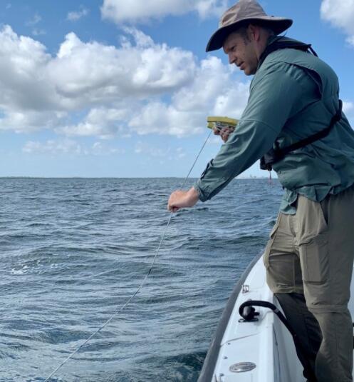 州环境官员参观坦帕湾 承诺帮助抗击赤潮