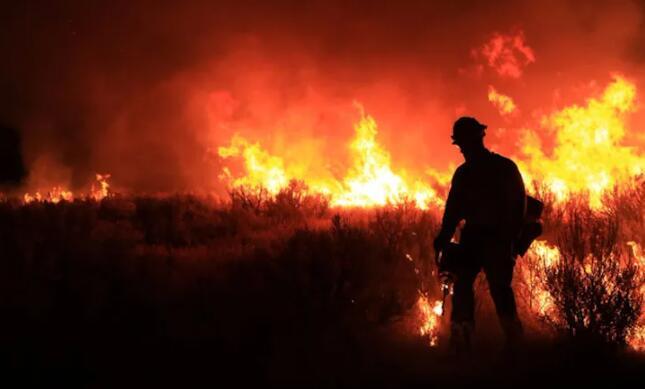 干燥机、温暖的夜间空气使一些西部野火在夜间更加活跃